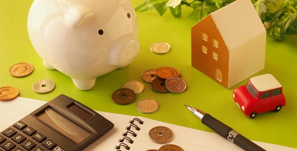 家のオブジェと豚の貯金箱
