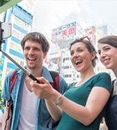 友達と写真をとる外国人
