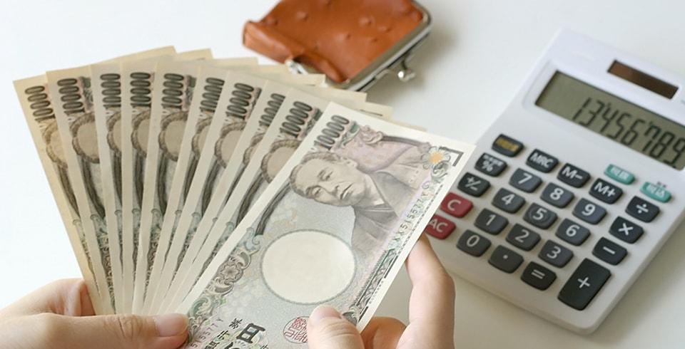 お金を計算する男性